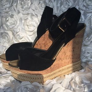 👠 Black and Gold Wedges